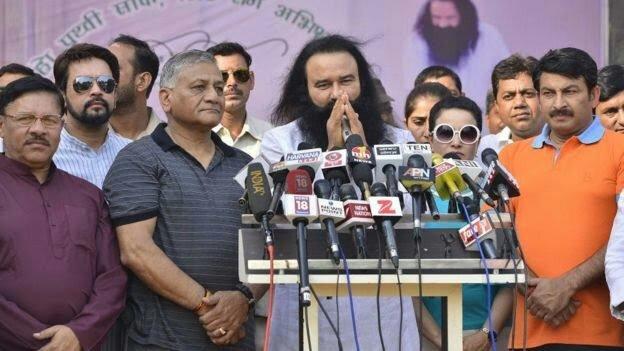 बलात्कारी राम रहीम के साथ भाजपाई नेता